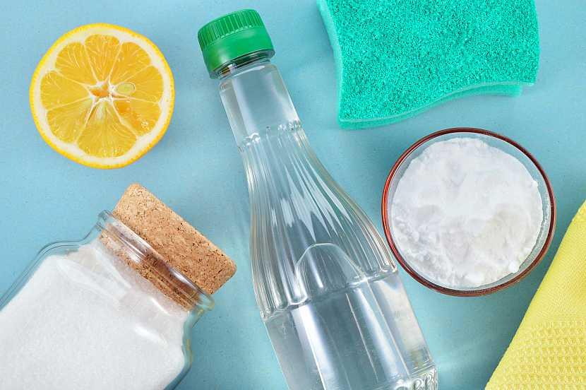 Bílý ocet, citron, soda bikarbona, silné čisticí prostředky z naší kuchyně