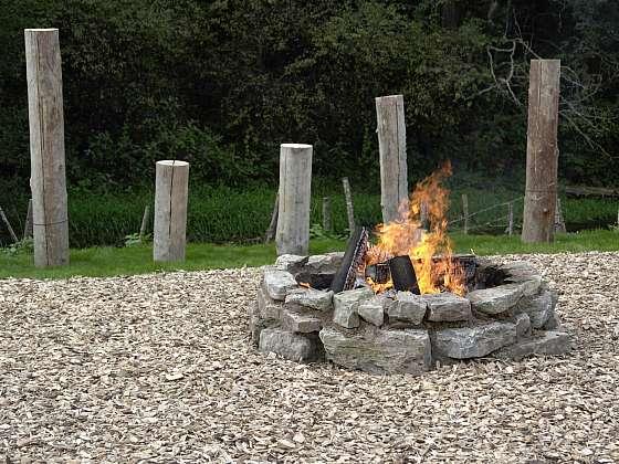Venkovní kamenné ohniště potřebuje pravidelnou péči. Ale jak na to? (Zdroj: Depositphotos (https://cz.depositphotos.com))