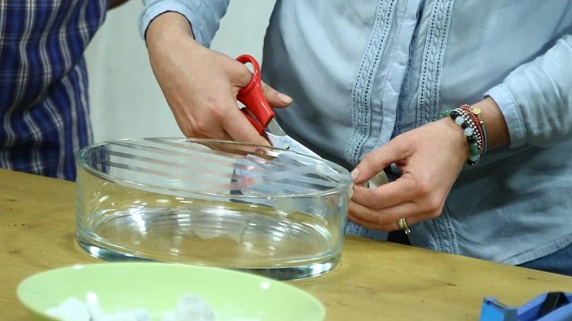 Můžeme si pomoci tenkou průhlednou lepicí páskou
