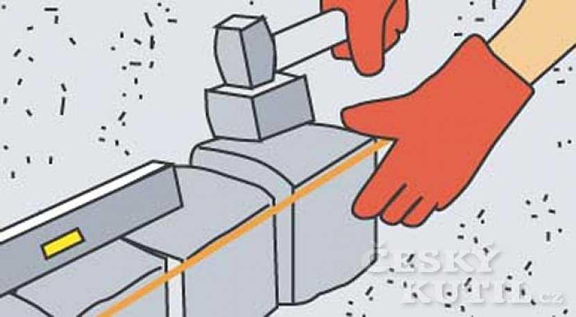 Kostky upevníme gumovým kladivem
