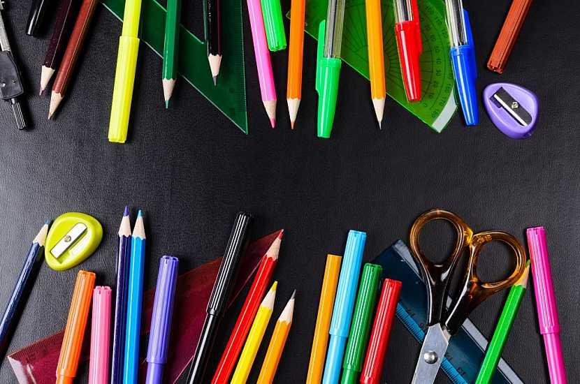Školáci se neobejdou bez tužek, per a pastelek