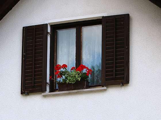 Montujeme vnější parapet pod okno (Zdroj: Depositphotos)