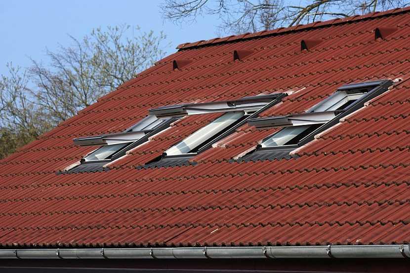 Otevírat střešní okna lze několika způsoby, záleží čistě na vás, který se vám bude jevit nejvhodnější