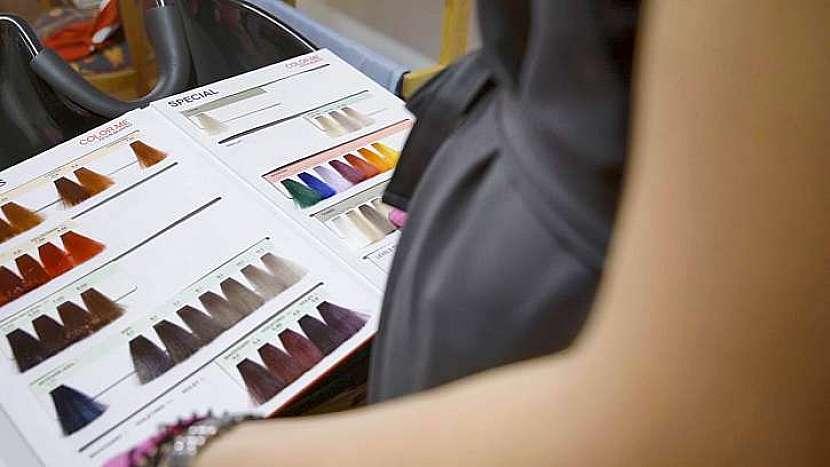Šikovná kadeřnice si hravě poradí s barvením vlasů