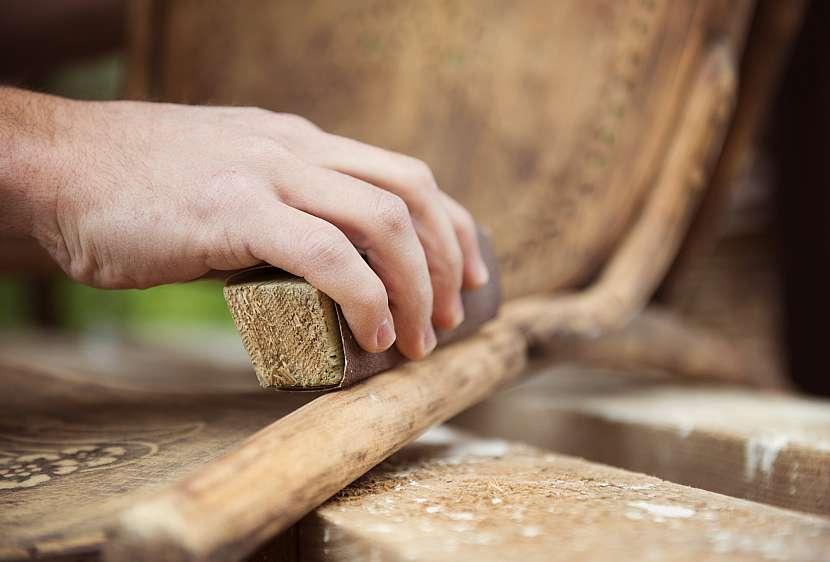 Broušení dřevěné židle
