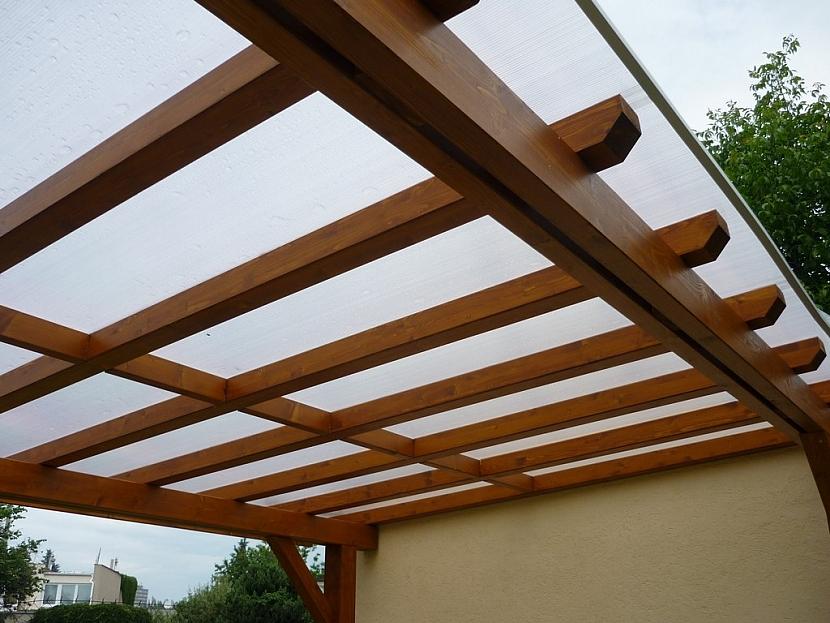 Pergola s polykarbonátovou střechou