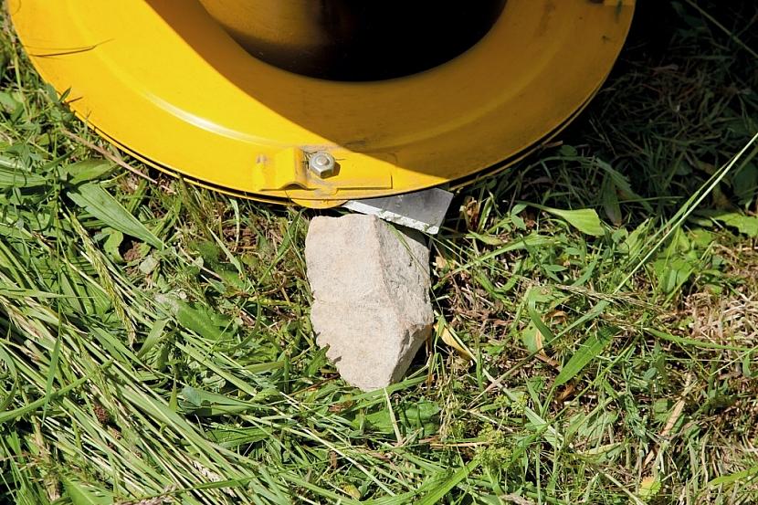 V případě kontaktu s kamenem se žací nůž zasune a ostří zůstane bez újmy.