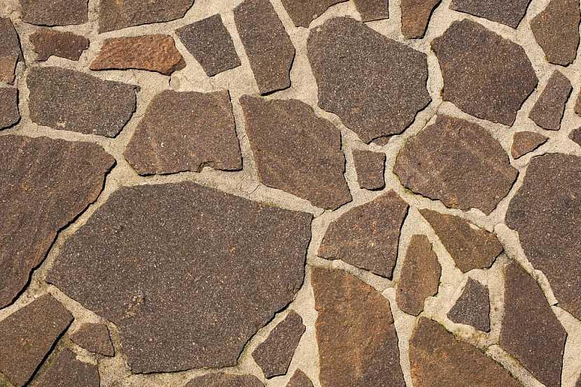 Jako podlahu do pergoly lze zvolit různé druhy kamene v různých tvarech. Velmi hezky vypadá, pokud jsou použity kameny v nepravidelných tvarech, pokládka je ovšem náročná