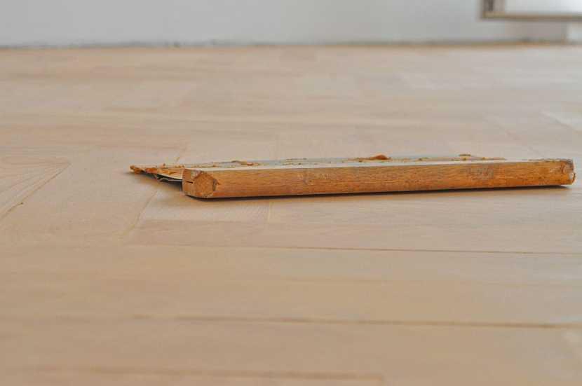 Tmelení spár a trhlin v podlaze provádíme před posledním broušením