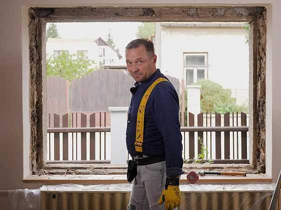 Návod, jak vyjmout špaletové okno i s rámem (Zdroj: Prima DOMA)