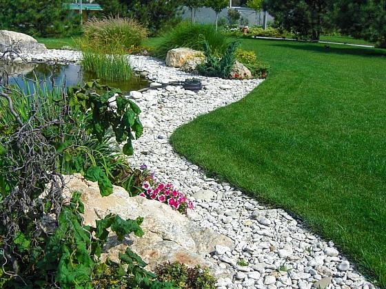 Přerůstání trávníku do záhonů se dá zabránit