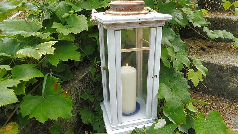 Zahradní lucernu můžeme ještě ozdobit tenkými lištami