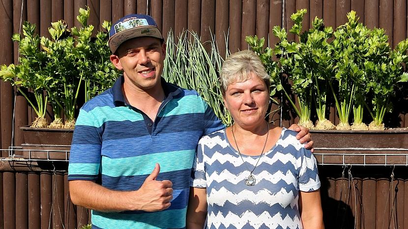 Pěstování zeleniny v truhlíku: pěstitelka Libuše Janků ze Včelar s Láďou Hruškou
