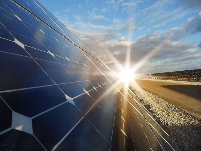 Sluneční energii je možné díky solárním panelům zachytit a využít pro ohřev vody