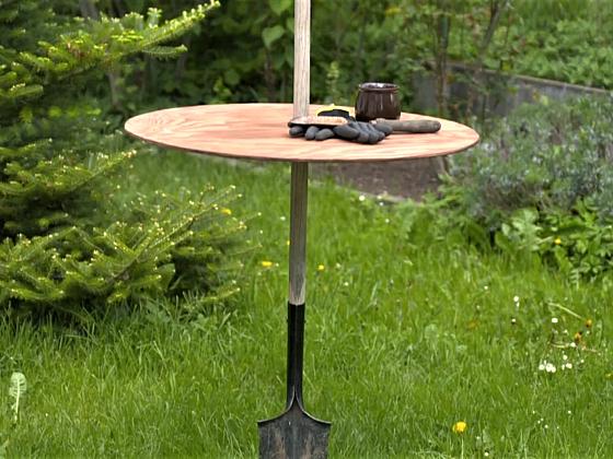Vyrobte si originální stolek na zahradu z rýče (Zdroj: Prima DOMA MEDIA, s.r.o.)
