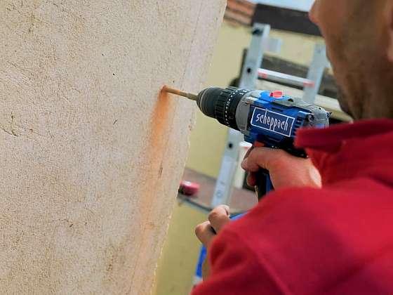 Vrtání akuvrtačkou do betonu s příklepem (Zdroj: Prima DOMA MEDIA, s.r.o.)