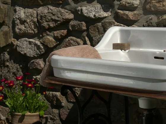 Výroba stylového zahradního umyvadla začíná s dvojicí hlavních prvků, starého šicího stroje a vyřazeného umyvadla (Zdroj: Prima DOMA MEDIA, s.r.o.)