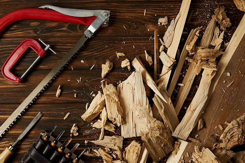 Dřevo rozštípané a nářadí z dílny