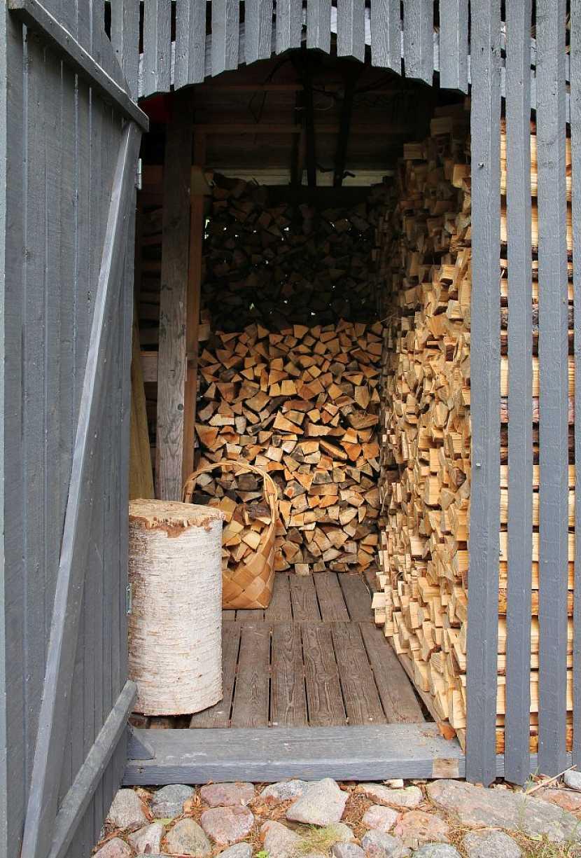 Správný dřevník musí být dobře větratelný a suchý