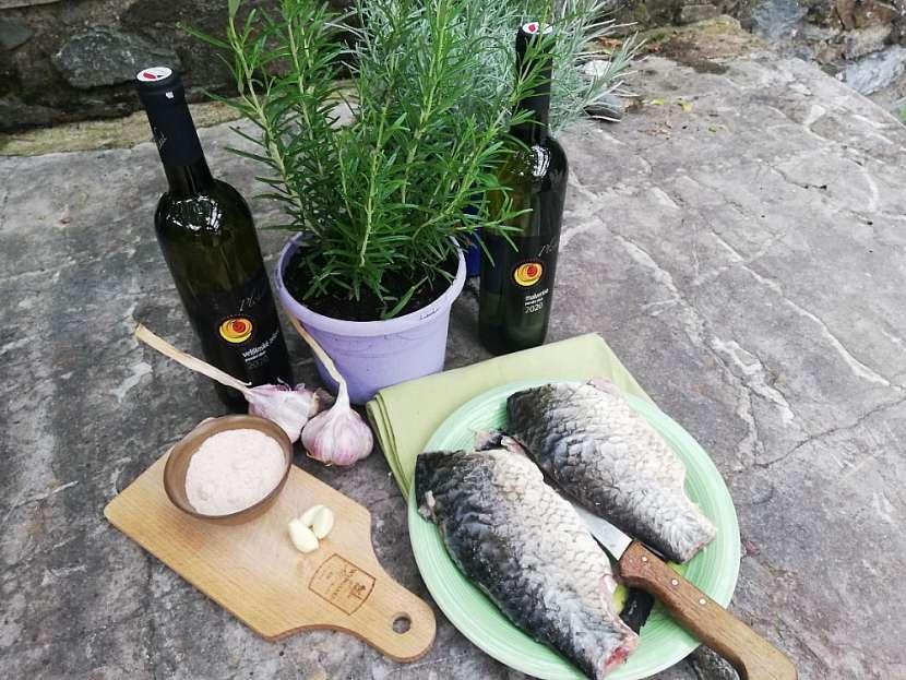 Příprava ryb před uzením v zahradním krbu (Zdroj: Běla Nedorostová)