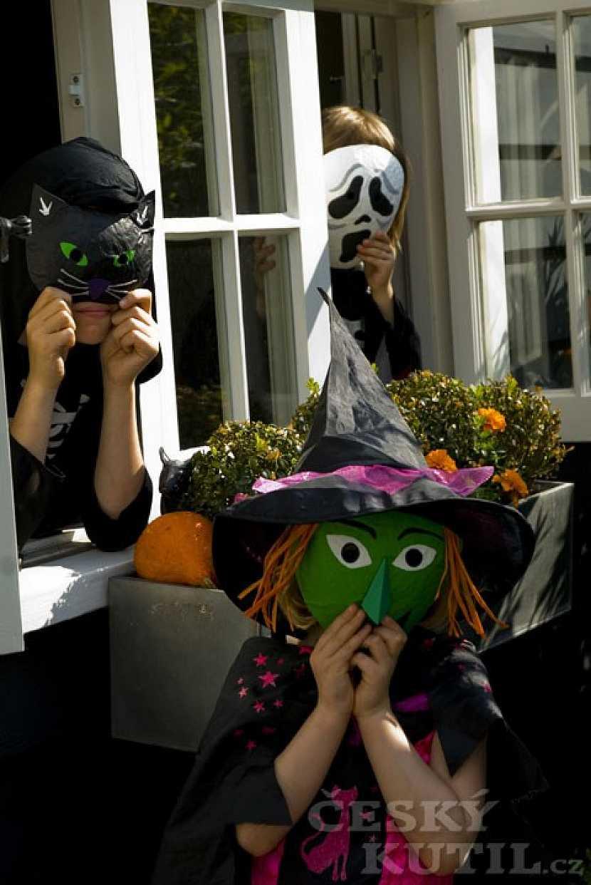 Výroba maškarních či halloweenských masek z novin