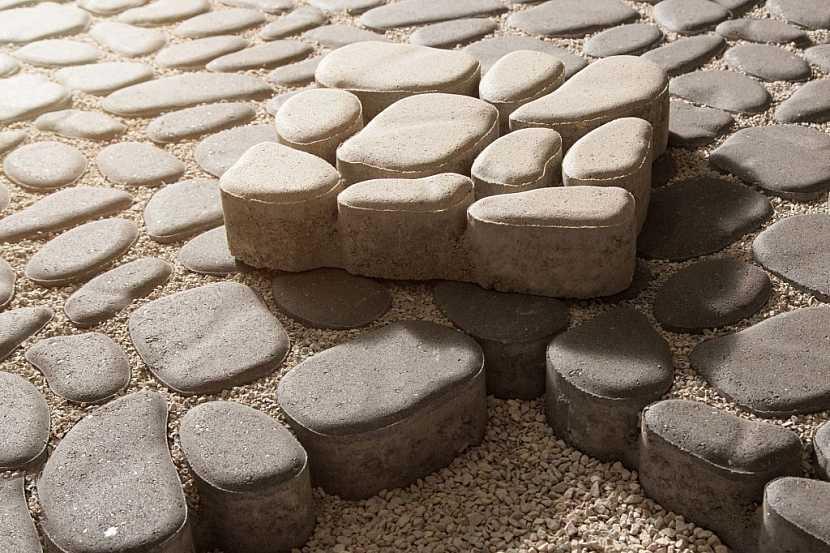 Betonové dlaždice jsou dnes velmi variabilní, sehnat se dají i v různých tvarech imitujících kámen. Podlaha v pergole tak může být velmi originální