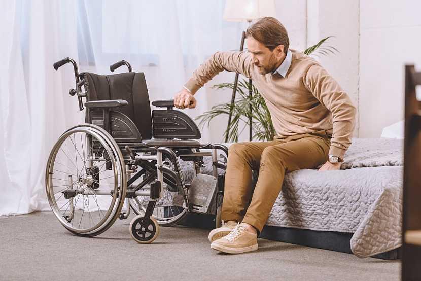 Pro invalidního člověka může být i obyčejné přesunutí z postele na vozík nepřekonatelnou překážkou