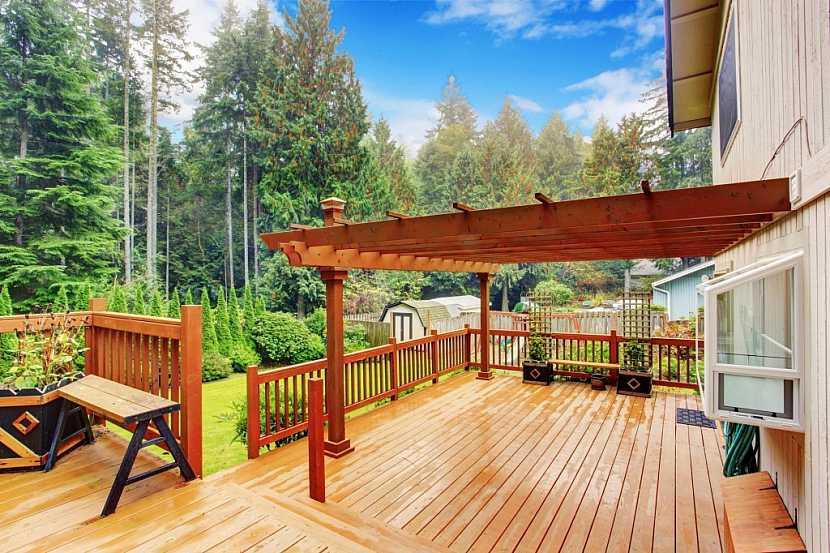 Dřevo je stále tím nejpoužívanějším materiálem pro podlahy v pergolách a na terasách. Je přírodní, teplý, nestudí, jeho nevýhodou je pouze nutnost pravidelné údržby
