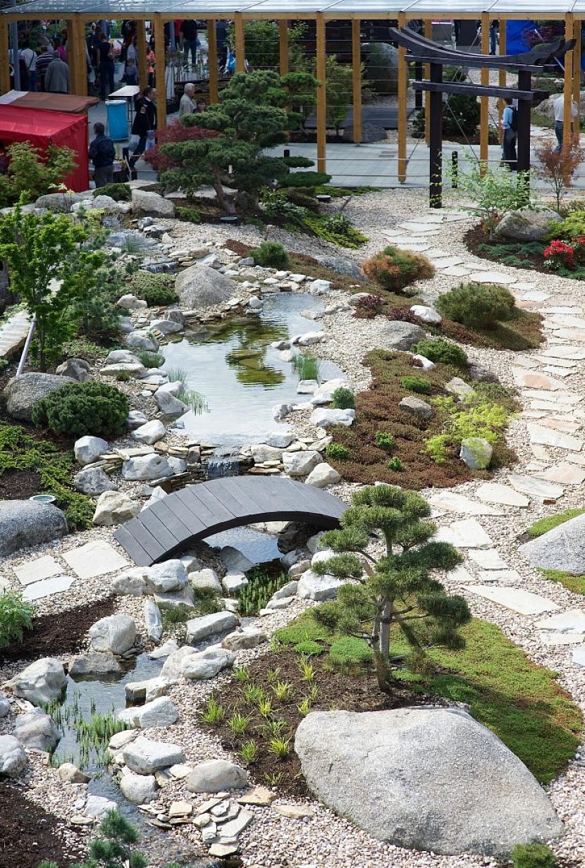 Japonská mokrá zahrada zahrnuje i vodní plochy.