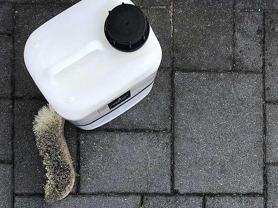 Nepodceňujte údržbu a péči o venkovní dlažbu (Zdroj: ACOLOR s.r.o.)
