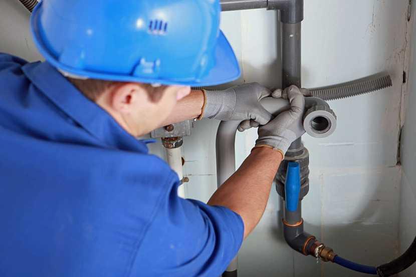 Montáž vnitřní kanalizace je dobré svěřit do rukou instalatérů
