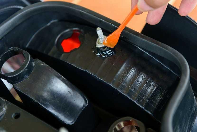 Například plastové nádrže se lepí dvousložkovým epoxidovým lepidlem