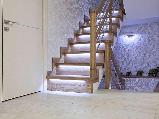 Osvětlení schodů pomocí LED pásků je nyní velmi populární (Zdroj: Shutterstock)