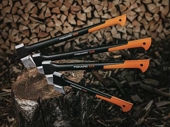 Příprava dřeva na zimu se neobejde bez kvalitní sekery (Zdroj: Fiskars)