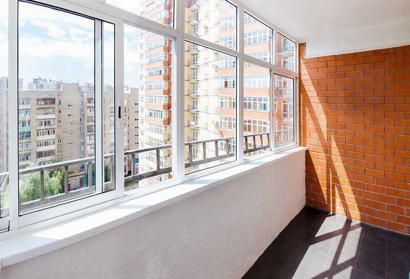 Zasouvací systém u proskleného balkonu