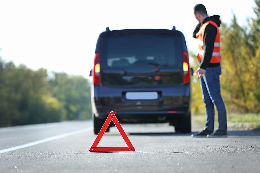 Při zajištění místa nehody myslete nejen na autopojištění, ale i na bezpečnost. Výstražný trojúhelník nebo reflexní vesty jsou nutnost
