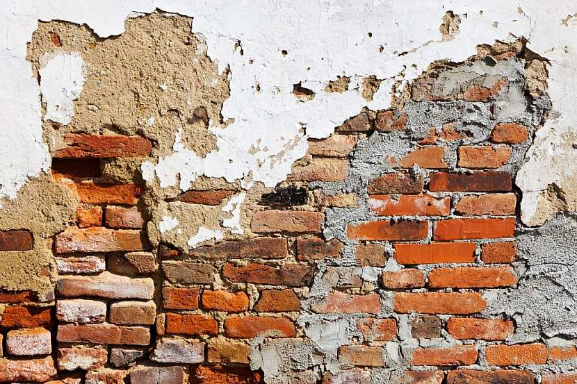 Tak tahle zeď už má opravdu svá nejlepší léta za sebou