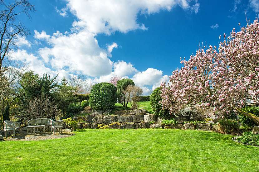 Anglická zahrada se vyznačuje kaskádami a parkovou zelení