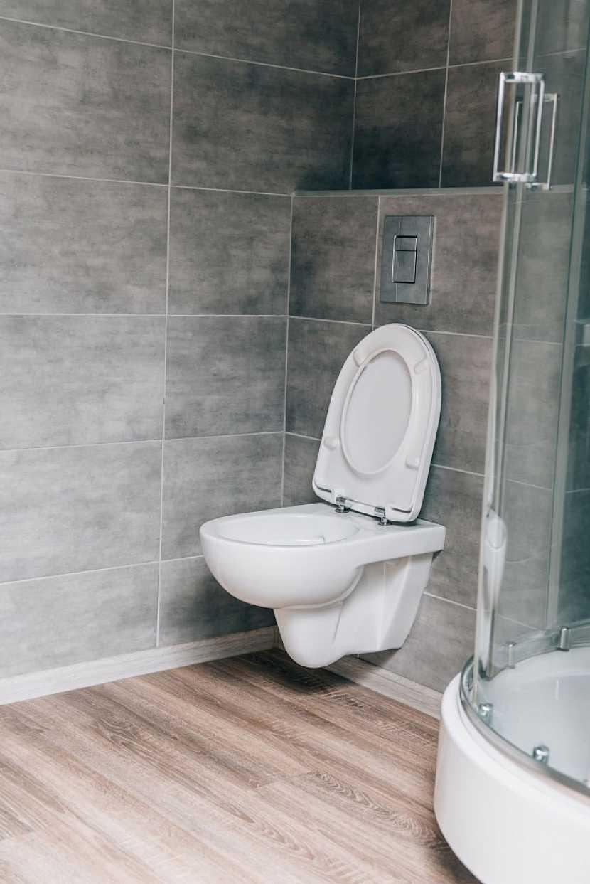 Před samotnou výměnou toalety se musíte rozhodnout, který typ nově pořídíte - závěsnou nebo volně stojící?