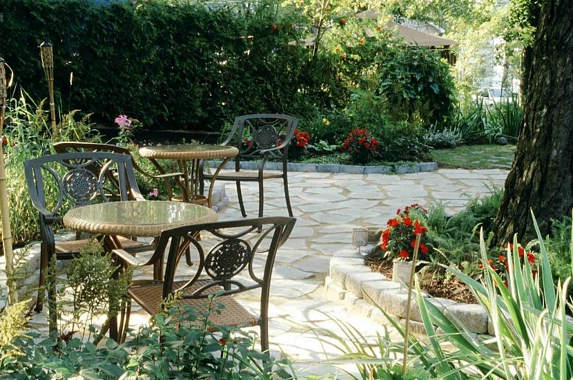 Vydlážděné místo pro posezení na zahradě