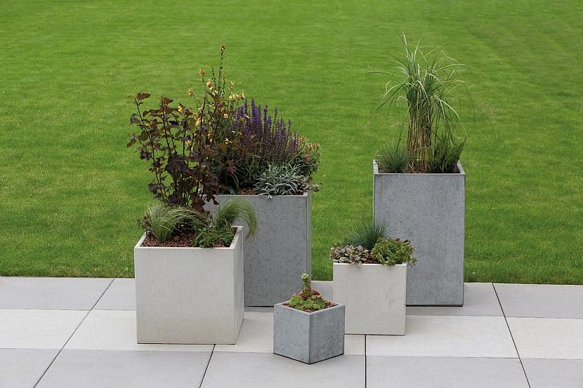 5 betonových květináčů