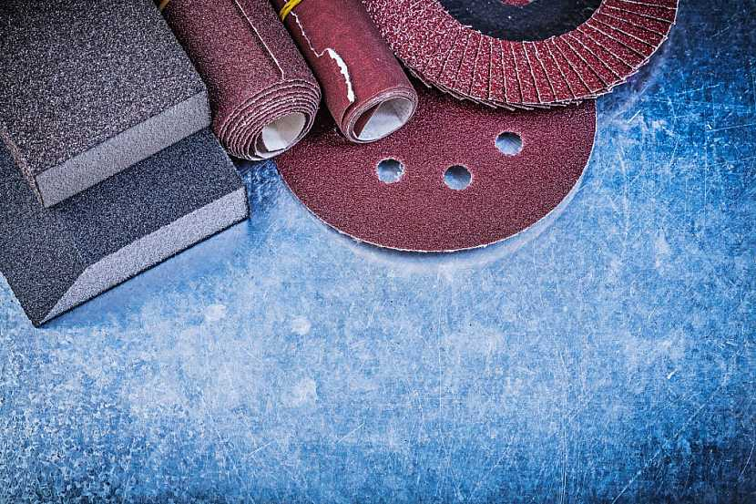 Kovové povrchy je pro lepší pevnost lepidla vhodné zbrousit ocelovým kartáčem a smirkovým papírem