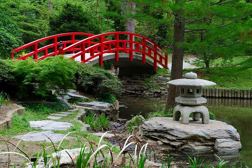 Japonské zahradě vévodí typické prvky jako můstek, bonsaje nebo koi kapři