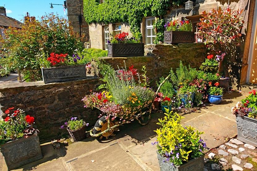 Na balkon nebo terasu se hodí různé druhy pěstebních nádob
