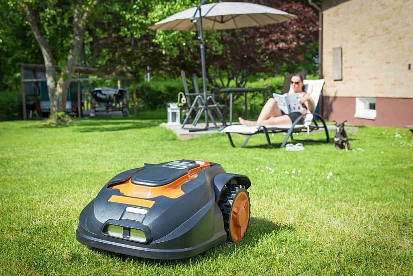 Zahradní robot si v případě potřeby nabití sám zajede do nabíjecí stanice připojené k elektřině