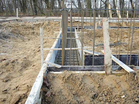 Základy domu: postavit svépomocí nebo na klíč?
