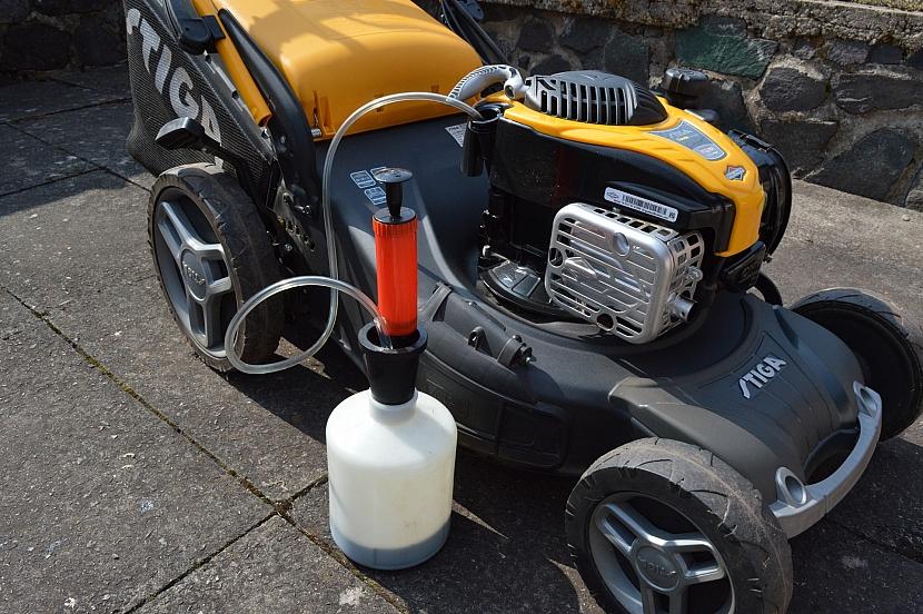 Odsávání oleje z motoru sekačky