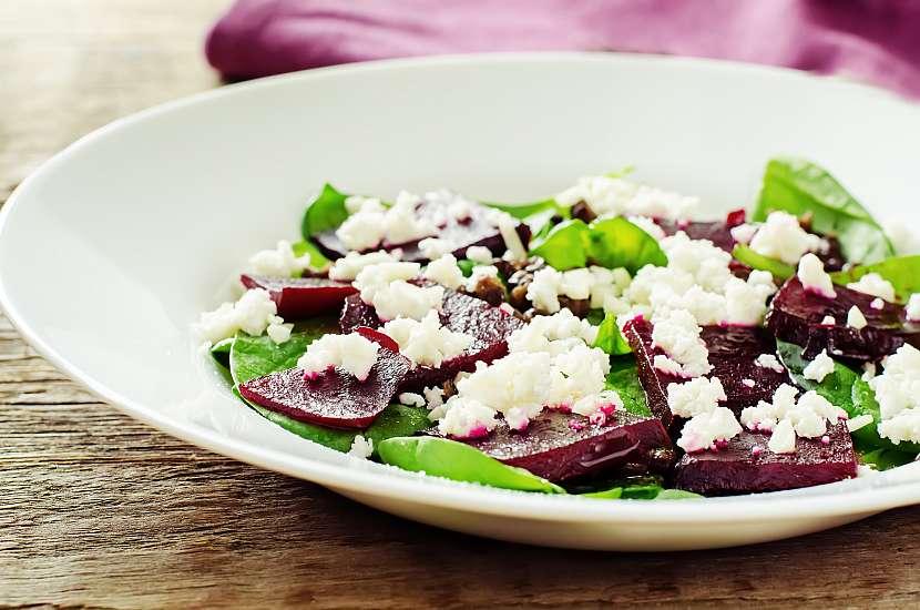 Syrová řepa se dobře uplatní v salátech. Chutná s česnekem, křenem, zelím, jablky, pomeranči a ořechy nebo se sýrem