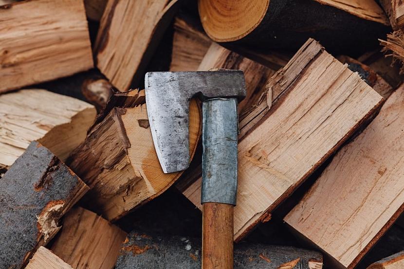 Tradiční sekery s dřevěným topůrkem mají stále své místo i mezi moderním nářadím