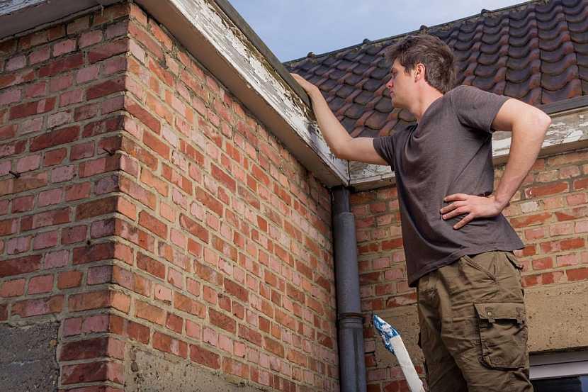 Střechu můžete zkontrolovat i sami, ale postupujte bezpečně